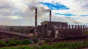 Hyperlapse El paisaje urbano fumó la atmósfera contaminada de emisiones de las plantas y de las fábricas, vista de tubos con humo almacen de video