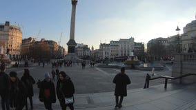 Hyperlapse en el cuadrado de Trafalgar con la muchedumbre de turistas y de artistas, Londres, Reino Unido almacen de video