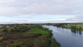 Hyperlapse flyg över floden lager videofilmer