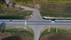 Hyperlapse Huvudväg för genomskärning för väg för flyg- surrbrytning stor från hög höjd Modern flyttning för bil för stadstrafik  stock video