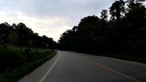 Hyperlapse napędowy samochód fastly, jeżdżenie z krzywami, prosta droga i dogonienie samochód, przyśpiesza i bieżny, zbiory wideo