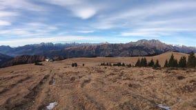 Hyperlapse que camina en el área de Monte Pora en la estación seca del invierno Montañas de Orobie, Bérgamo, Italia