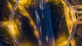 Hyperlapse ruchu drogowego wstępujący widok przy nocą zbiory wideo