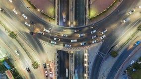 Hyperlapse timelapse της κυκλοφορίας πόλεων νύχτας στη διασταύρωση κυκλικής κυκλοφορίας κύκλων διατομής οδών στάσεων 4 τρόπων στη απόθεμα βίντεο
