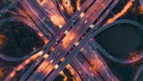 Hyperlapse timelapse της κυκλοφορίας πόλεων νύχτας στη διασταύρωση κυκλικής κυκλοφορίας κύκλων διατομής οδών στάσεων 4 τρόπων στη φιλμ μικρού μήκους