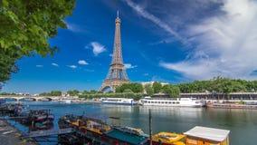 Hyperlapse timelapse Эйфелевой башни от обваловки на реке Сене в Париже акции видеоматериалы