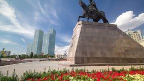 Hyperlapse timelapse Khan Kenesary памятника Памятник на предпосылке голубого неба с облаками и зелеными башнями astana видеоматериал