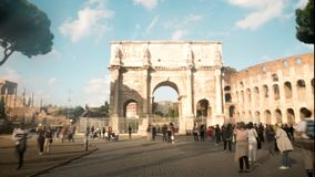 Hyperlapse van Boog van Constantine, triomfantelijke boog dichtbij Colosseum in het centrum van Rome stock videobeelden