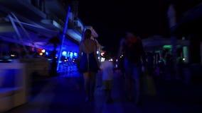 Hyperlapse van familie die langs straat bij nacht lopen stock videobeelden