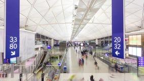 Hyperlapse video av pendlare i en flygplats lager videofilmer