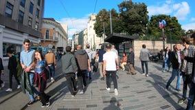 Hyperlapse wideo ludzie chodzi na Istiklal ulicie, Istanbuł, Turcja zbiory
