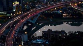 Hyperlapseantenne van wegbrug met bezig verkeer in de stad van nigthtaipeh stock video