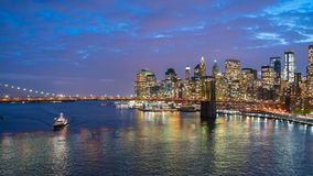 Hyperlapsevideo van de horizon van Manhattan en de Brug van Brooklyn stock video