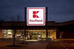 Hypermarché fermé de Kauland pendant l'après-midi en retard d'hiver Photographie stock
