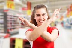 Hypermarket arbeider die goed geluk met gekruiste vingers en wapens wensen royalty-vrije stock afbeeldingen