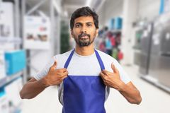 Hypermarket pracownika ułożenia fartuch obrazy royalty free