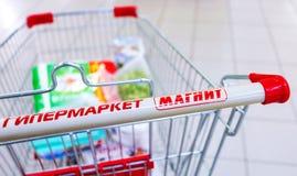 Hypermarket van de boodschappenwagentjefamilie Magneet Grootste kleinhandels van Rusland ` s Royalty-vrije Stock Fotografie