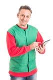 Hypermarket werknemer die draadloze tablet gebruiken stock afbeelding