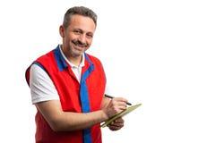 Hypermarket werknemer die nota's over tablet nemen royalty-vrije stock foto