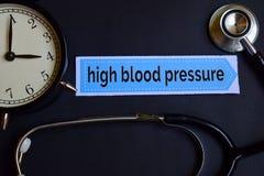 Hypertension sur le papier d'impression avec l'inspiration de concept de soins de santé réveil, stéthoscope noir images stock