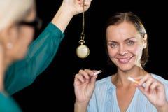 Hypnotherapist mienia wahadło pacjentem obrazy stock