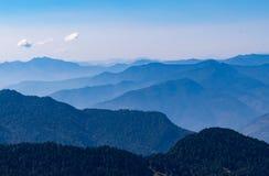 Hypnotisera landskap av fuktigt decidous & barrskogen i Kedarnath djurlivfristad från Deoria Tal skugga i Uttrakhand Arkivbilder