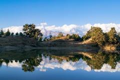 Hypnotisera reflexion av Garhwal Himalayas i Deoria Tal eller sjö Fotografering för Bildbyråer