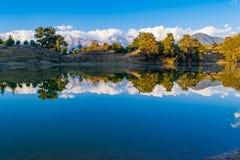 Hypnotisera reflexion av Garhwal Himalayas i Deoria Tal eller sjö Arkivbild
