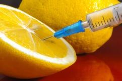 Hypodermatische Spritze Spritzen mit blauen Nadeln auf einem roten Hintergrund Medizinische Injektoren Lizenzfreie Stockbilder