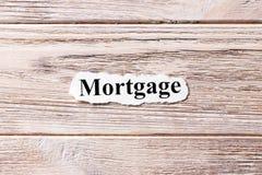 Hypothèque du mot sur le papier Concept Mots d'hypothèque sur un fond en bois image libre de droits