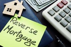 Hypothèque inverse écrite sur un bâton de note photos stock