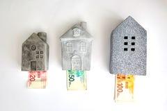 Hypotheek en huisvestingsbellenconcept in Israël: het geld regelde huis van bankbiljetten van 100, 50, 20 wordt gemaakt die royalty-vrije stock afbeeldingen