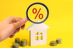 Hypotheek en rente op het huis koop van bezit, onroerende goederen huis, Betaalbare huisvesting Plaats voor tekst voordelige aanb Stock Fotografie