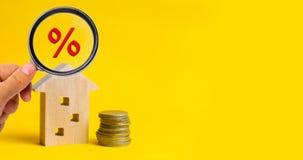 Hypotheek en rente op het huis koop van bezit, onroerende goederen huis, Betaalbare huisvesting Plaats voor tekst voordelige aanb Royalty-vrije Stock Foto's