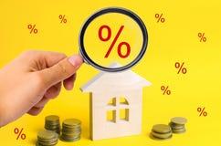 Hypotheek en rente op het huis koop van bezit, onroerende goederen huis, Betaalbare huisvesting Plaats voor tekst voordelige aanb Stock Foto's