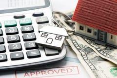 Hypotheek Goedgekeurd Leningsdocument met Huissleutels royalty-vrije stock afbeelding