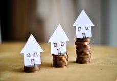 Hypotheekconcept door geldhuis van de muntstukken royalty-vrije stock afbeeldingen