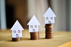 Hypotheekconcept door geldhuis van de muntstukken royalty-vrije stock foto