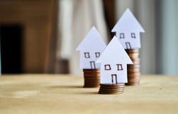 Hypotheekconcept door geldhuis van de muntstukken stock foto's