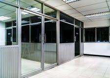 Hyr rum den Glass dörren och fönstret för kontor in i kontor Arkivfoto