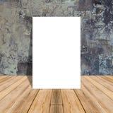 Hyr rum den tomma affischen för vit i betongvägg och det tropiska trägolvet Arkivbild