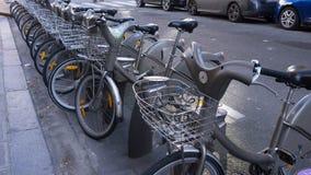 Hyra cyklar i Paris Royaltyfri Foto
