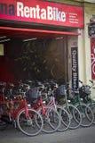 Hyra en cykel Arkivbild