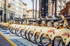 Hyra en cykel, Milan, Italien Arkivfoto