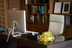 Hyra rum kontoret av chefen, eller rektorn inkluderar datorfåtölj V royaltyfri foto