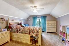 Hyra rum möblerat med svart nightstand och jämn säng två med en stege Träsäng med enheter och leksaker Royaltyfri Fotografi
