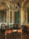 Hyra rum med den stort spegeln, ljuskronan och möblemang på den Versailles slotten royaltyfri bild