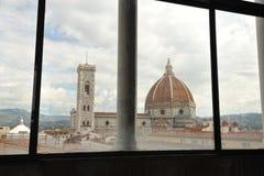 Hyra rum med en sikt i Florence, kupolen som ses från ett hotell Royaltyfria Bilder