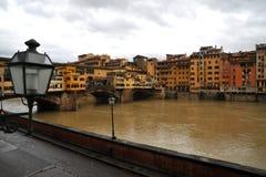 Hyra rum med en sikt i Florence, Ponte Vecchi som ses från ett hotell Arkivbilder