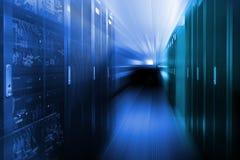 Hyra rum med rader av servermaskinvara i datorhallen royaltyfri bild